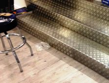 Habillage marches escalier magasin aluminium damier ép.1.5/2 mm